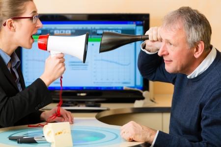 personas escuchando: Hombre mayor o pensionado con un problema auditivo hacer una prueba de audici?n y pueden necesitar un aud?fono
