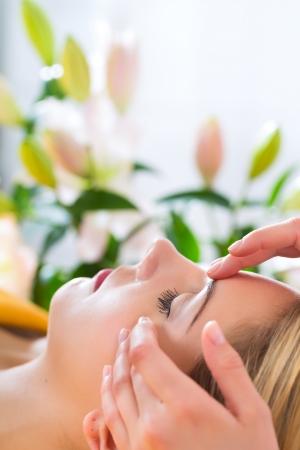 terapias alternativas: Wellness - mujer receptora de la cabeza o la cara de masaje en el spa