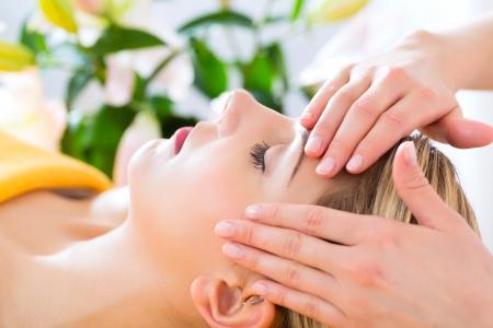 웰빙 - 스파에서 머리 또는 얼굴 마사지를받는 여성 스톡 콘텐츠