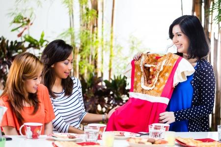 batik: Trois amies indonésiennes, on a acheté une nouvelle robe et demander aux autres leur avis