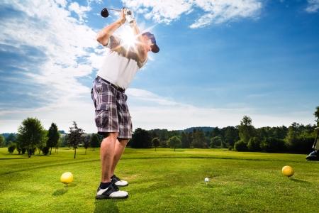 sparo: Giovane giocatore di golf sul campo da golf swing corso facendo, lo fa presumibilmente esercizio Archivio Fotografico