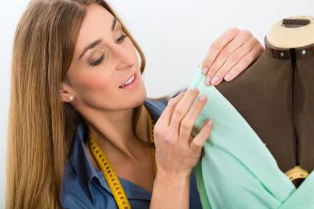 freiberufler: Freelancer - Modedesigner oder Tailor Arbeit an einem Design oder Entwurf, nimmt sie an einer Ma�nahme Schneider dummy