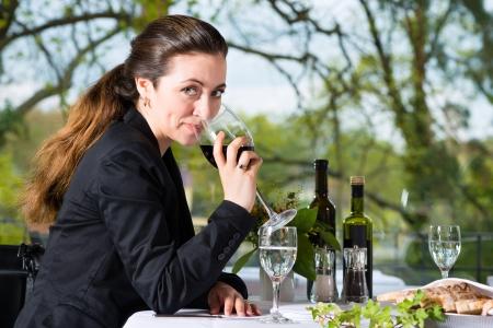 almuerzo: Empresaria tiene comida de negocios en un restaurante de alta cocina