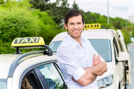 乗客を待っている彼のタクシーの前に経験豊富なタクシー ドライバー