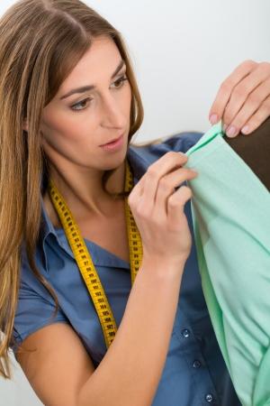 freiberufler: Freelancer - Fashion Designer oder Schneider arbeitet an einem Design oder Entwurf, nimmt sie an einer Ma�nahme Schneiderinnen Dummy