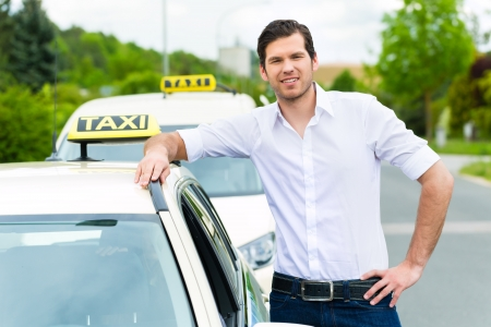 taxi: Conductor de taxi con experiencia frente a su taxi, esperando a un pasajero