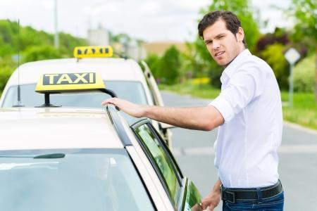 Ervaren taxichauffeur voor zijn taxi, wachten voor een passagier