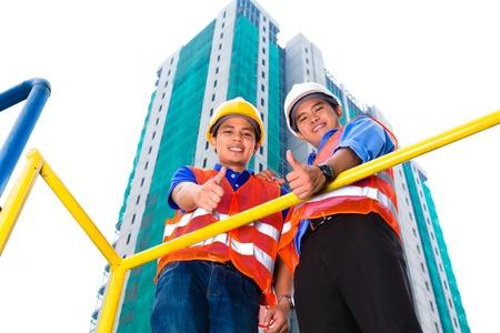 supervisión: Arquitecto chino y el supervisor en una obra