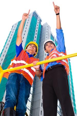 seguridad laboral: Arquitecto chino y el supervisor de la construcción sitio apuntan a la distancia