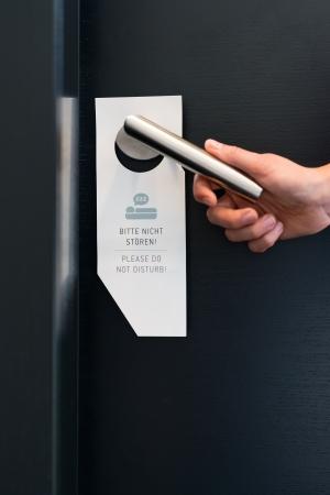 not open: Hotel Room Service - qualcuno ignora le prega di non disturbare sulla maniglia sulla porta della suite in albergo