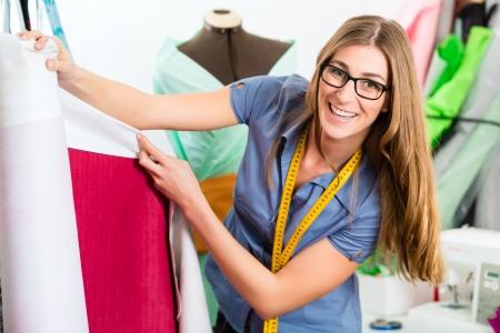 freiberufler: Freelancer - Fashion-Designer oder Schneider arbeitet an einem Design oder Entwurf mit bunten Stoffen Lizenzfreie Bilder