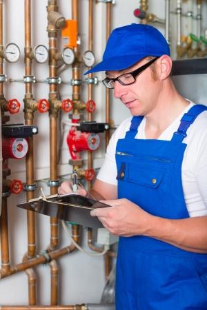 ボイラー室で加熱パイプを制御する技術者