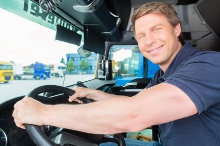 運輸: 物流 - 驕傲的驅動程序或轉發的卡車和拖車的司機帽,在轉運點