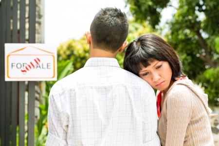 apartment market: Mercado de Bienes Ra�ces - joven pareja de Indonesia en busca de apartamento de bienes ra�ces o casa para alquilar o comprar, que lleg� demasiado tarde, se vende o arrienda