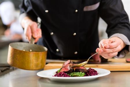 ホテルやレストラン、キッチン調理唯一の手でシェフ彼が取り組んでいる粋として食糧のためのソース、リゾット