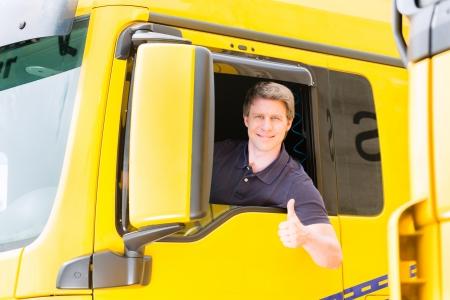 Logistik - stolz Fahrer oder Spediteur in Treiber Kappe von LKW-und Anhänger, auf einem Umschlagplatz Standard-Bild - 23760405
