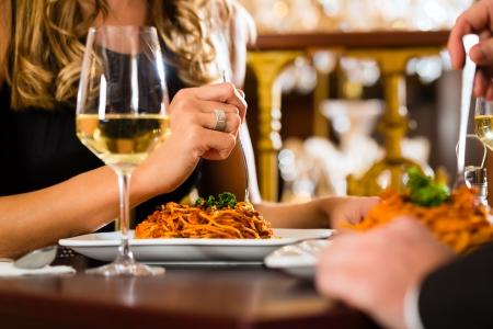 romantic dinner: couple heureux avoir un rendez-vous romantique dans un restaurant gastronomique, closeup Banque d'images