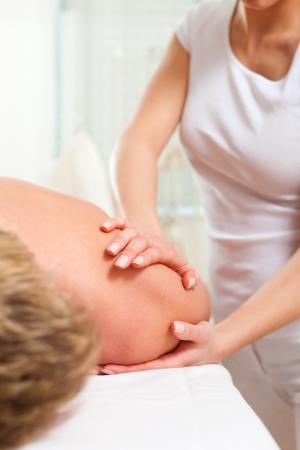 drenaggio: Paziente la fisioterapia si massaggio drenante o linfatica Archivio Fotografico