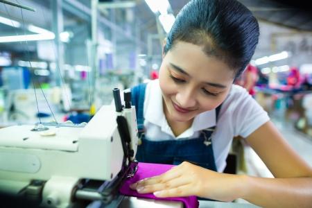 n hmaschine: Asiatischen N�herin oder Arbeiter in einer indonesischen Fabrik N�hen mit einer Industrien�hmaschine, sie ist sehr pr�zise Lizenzfreie Bilder