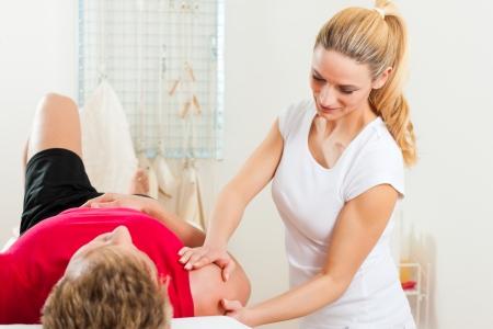 Patient à la physiothérapie faire des exercices de physiothérapie avec son thérapeute Banque d'images - 24098714