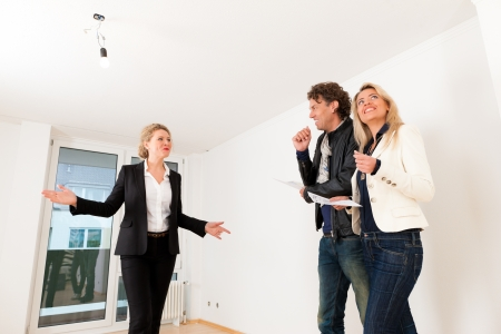 apartment market: El mercado inmobiliario - pareja joven en busca de bienes inmuebles para alquilar o comprar un apartamento