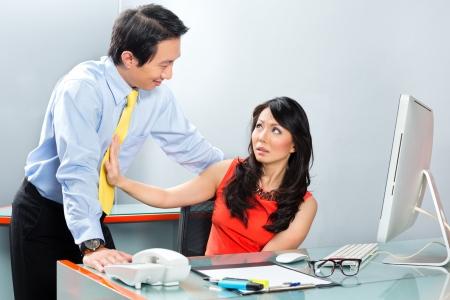 sexuel: Employé ou secrétaire asiatique obtenir gestionnaire ou l'homme d'affaires harcelé sexuelle ou de harcèlement et de rejeter l'