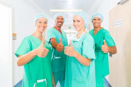 Ziekenhuis - medische ingreep team is klaar voor de operatie, de vrouwen en mannen dragen schrobt in een kliniek Stockfoto