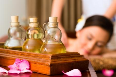 Femme asiatique chinois dans le bien-être beauté spa ayant massage aromathérapie aux huiles essentielles, l'air détendu Banque d'images - 25006116
