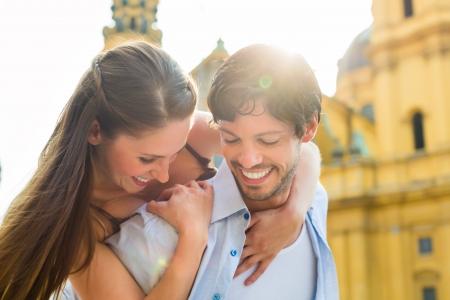 Muž a žena nebo mladý pár tvorby výlet jako turisté ve městě Mnichov na Odeon církve