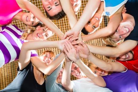Mannen en vrouwen in gemengde sport team presenteren teamgeest Stockfoto
