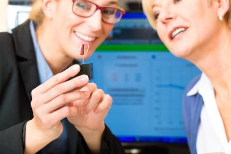 teste: Mulher mais idosa ou pensionista do sexo feminino com um problema de audi