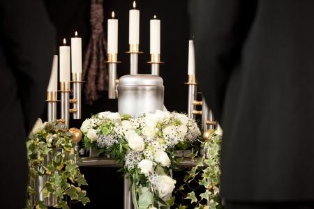 Funérailles urne; funéraire et le cimetière - la religion, la mort et la dolor Banque d'images - 25159028