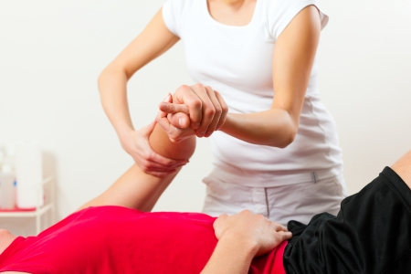 f�sica: Paciente en la fisioterapia haciendo ejercicios de fisioterapia con su terapeuta Foto de archivo