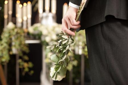 Religion, la mort et dolor - homme à l'enterrement avec la rose blanche deuil de la mort