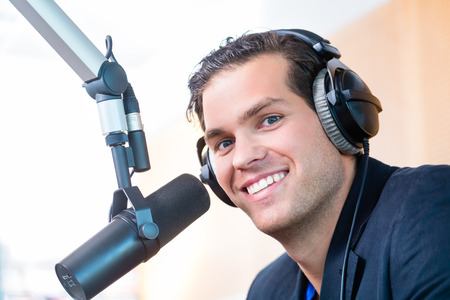 microfono de radio: Presentador o host en la estación de radio espectáculo de alojamiento para la radio en directo en el estudio