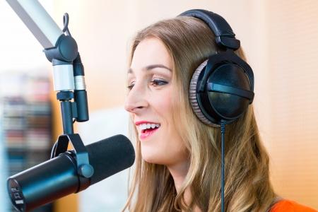 Weiblich Moderator oder Host im Radio-Hosting-Show für Radio leben in Studio
