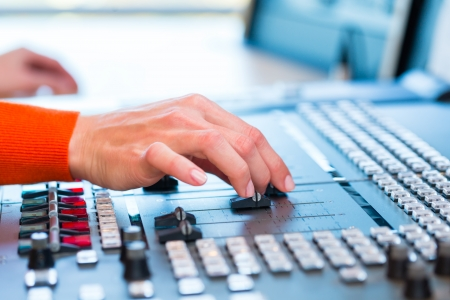 표시: 라디오 쇼를 호스팅 라디오 방송국 여성 발표자는 스튜디오에 살고 스톡 사진