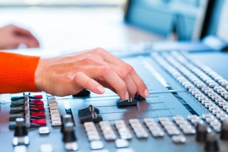 Presentador de la mujer en la estación de radio espectáculo de alojamiento para la radio en vivo en el estudio