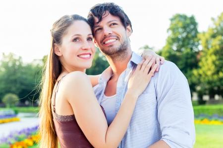 haciendo el amor: El hombre y la mujer o pareja de jóvenes haciendo un viaje como turistas en el parque abrazándose estar enamorado Foto de archivo