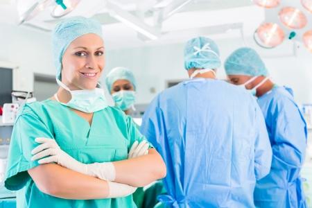 Ziekenhuis - operatie team in de operatiekamer of opus van een kliniek die op een patiënt in nood