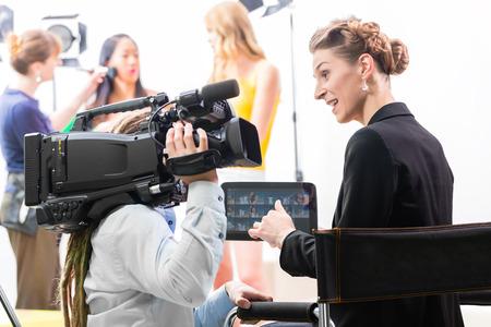 filmacion: Directora dando rodaje camarógrafo o dirección de escena en el set de una producción de vídeo para la televisión, la televisión o Noticias Foto de archivo