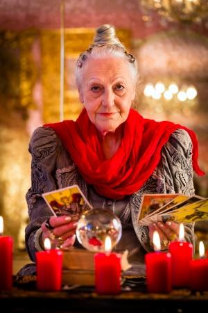 여성 점쟁이 또는 비의 오라클,이를 해석하고 질문에 대한 답변을 강신술 동안 그녀의 타로 카드를 재생하여 미래에 본다