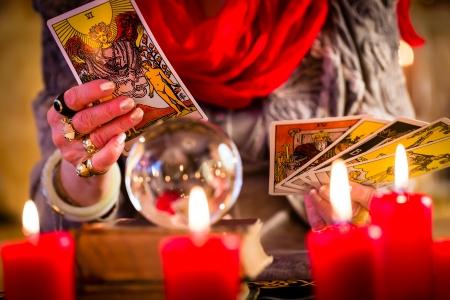 esoterismo: Mujer adivino o esot�rica Oracle, ve en el futuro jugando sus cartas del tarot durante una sesi�n de espiritismo para interpretarlos y para responder a las preguntas Foto de archivo