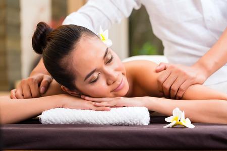 エッセンシャル オイル マッサージ アロマ療法健康美容デイスパでインドネシアのアジアの女性探しているリラックス