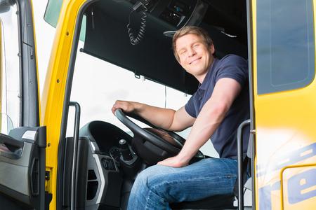 forwarding: Log�stica - conductor orgulloso o transitario en la tapa de los conductores de cami�n y remolque, en un punto de transbordo
