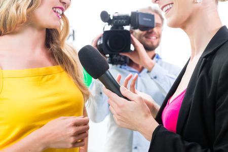 TV 나 텔레비전 영화 세트에 기자와 카메라맨 영화 촬영 배우 인터뷰 스톡 콘텐츠