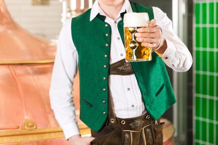 brewer: Hombre en Tracht b�varo, un fabricante de cerveza, stein de la cerveza en la cervecer�a