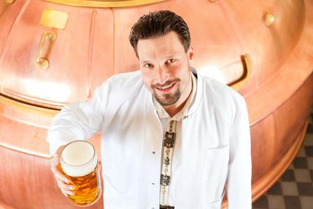 brewer: El hombre en bata de laboratorio, una cerveza, con cerveza stein en cervecer�a Foto de archivo