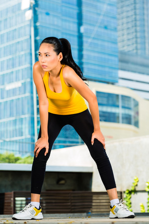 indonesian woman: Deportes urbanos - Mujer indonesia asi�tica haciendo gimnasio en la ciudad en un hermoso d�a de verano