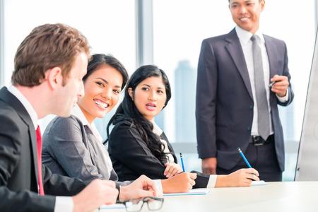 business asia: Asian business team in presentazione discutere idee